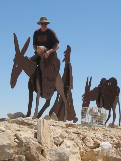 Dekan Blechschmidt auf einer Eselsfigur auf der Akropolis