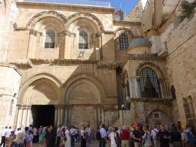 Vor der Grabeskirche in Jerusalem